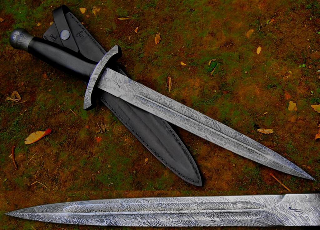Dague modèle oural ; garde , pommeau et lame de 30.5 cm forgée en damas feux , manche en ebene, fourreau traqueur